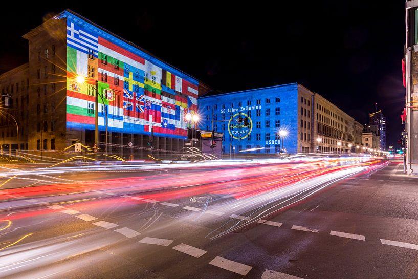 La façade du ministère fédéral des Finances sous un éclairage particulier sur Frank Herrmann
