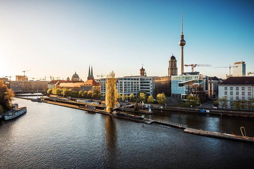 Berlin – Skyline at Spree River van Alexander Voss