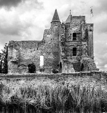 Zwart/wit foto van de ruïne van het middeleeuwse slot Brederode in Velzen Zuid, Noord Holland van