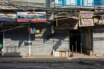 Delhi, Inde. Ancienne façade de magasin en chandni chowk sur Tjeerd Kruse
