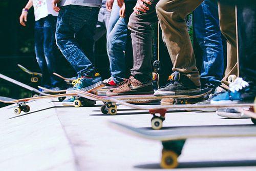 Skateboards op halfpipe van