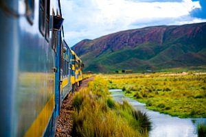 Rijdende Trein over de prairies van Bolivia nabij Salar de Uyuni in Zuid Amerika
