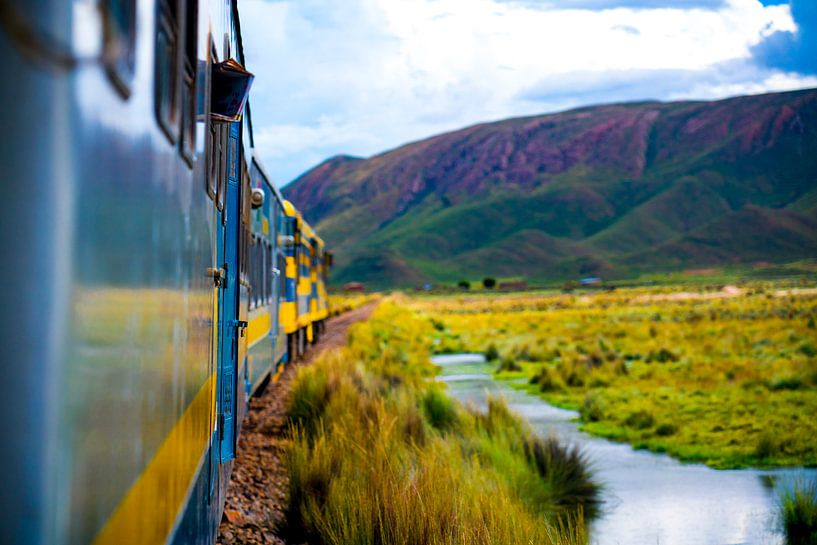 Train dans les prairies de Bolivie près de Salar de Uyuni en Amérique du Sud sur John Ozguc