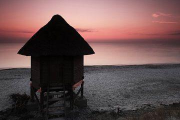 Hut op het strand bij zonsondergang van Frank Herrmann