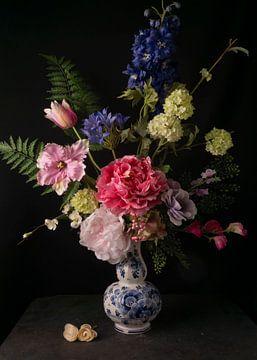 Stilleben mit Blumen in barocker Atmosphäre in delfinblauer Vase von simone swart