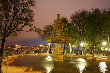 Springbrunnen am  Miradouro Sao Pedro de Alcantara mit Blick auf die auf die Alfama, Baixa und Caste