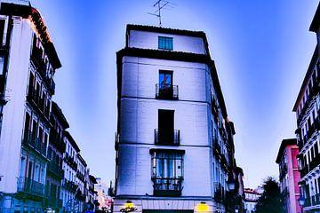 Madrid - Hoekgebouw helder gekleurd van Wout van den Berg
