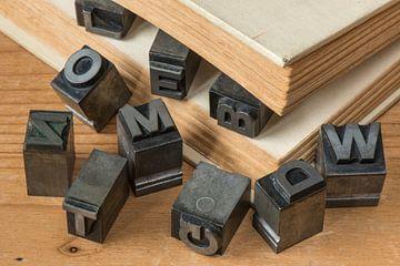 Oude loden drukletters in antiek boek van Tonko Oosterink