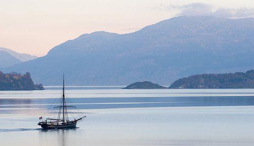 Zeilboot in Noorwegen van Paul Jespers