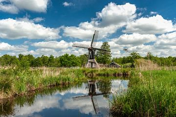 Niederländischer bewölkter Himmel mit einer Windmühle von Fotografiecor .nl