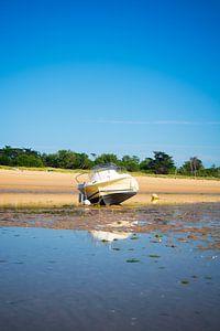 Een motorboot op het strand van Youri Mahieu