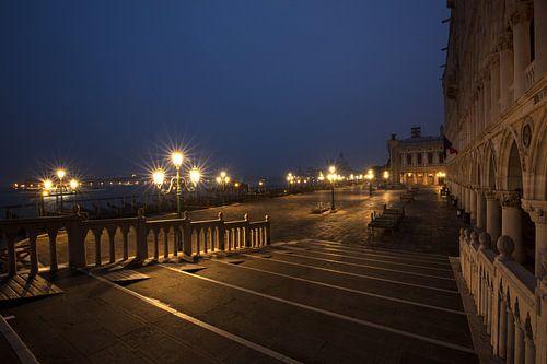 Blaue Stunde am Markusplatz in Venedig von