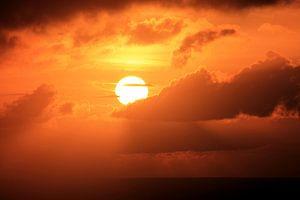 Vurige oranje zonsopkomst van