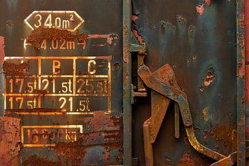 Handgreep en tekst op oude roestige treinwagon