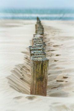 Strandpaal op het strand van  Ameland van Sanneke Kortbeek