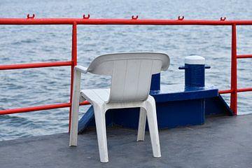Plastic stoel op scheepsdek van Gerda Beekers