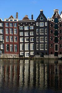 Grachtenpanden aan het Damrak in Amsterdam van