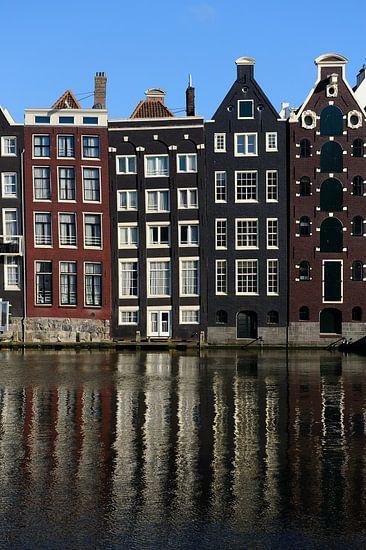 Grachtenpanden aan het Damrak in Amsterdam van Merijn van der Vliet