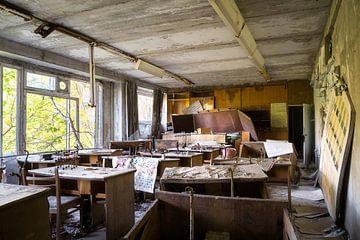 Klaslokaal in Verlaten School. van Roman Robroek