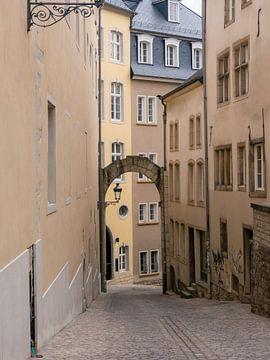 Gemütliche Gasse in Luxemburg-Stadt von Moniek van Rijbroek
