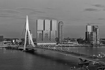Erasmusbrücke Rotterdam schwarzweiß von Rob van der Teen