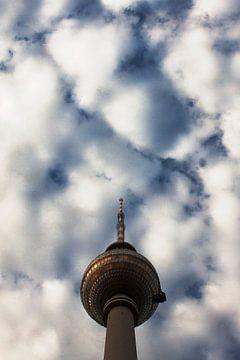 Fernsehturm tot aan de wolken van Rutger Hoekstra