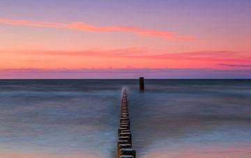 Buhnen an Meer im Sonnenuntergang
