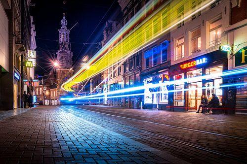 Tram verkeer voor de Munttoren in Amsterdam in de nacht