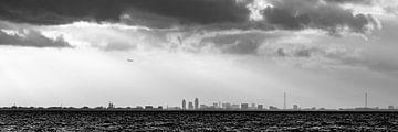 panorama skyline  Amsterdam over het meer van Brian Morgan