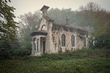 Verlaten kapel aan een kasteel van Kristof Ven