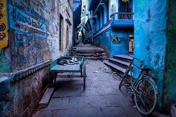 Blauwe steeg in de achterbuurt van Varanasi. Wout Kok One2expose