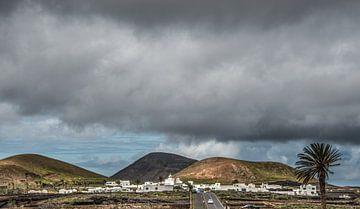 Zware oceaanlucht boven het dorpje Tinajo op Lanzarote van Harrie Muis