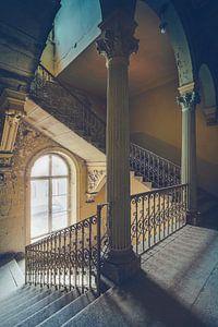 De kleurrijke trap van een oude verlaten villa
