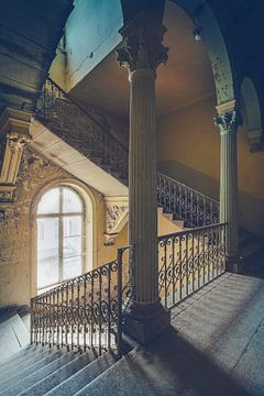 De kleurrijke trap van een oude verlaten villa sur Truus Nijland