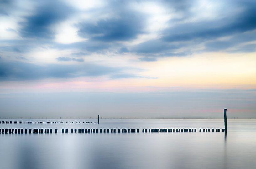 Kalme zee in Zeeland van Mark Bolijn