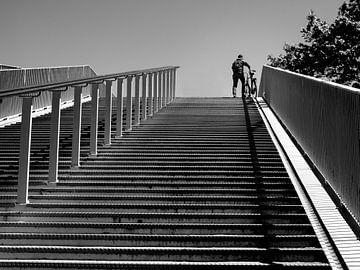 Met de fiets aan de hand over de brug. von René van der A