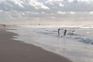 Twee meisjes rennen de zee in bij Scheveningen van Remke Spijkers