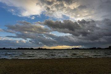 Nuages d'orage sur le lac Zoetermeer pendant le coucher du soleil sur