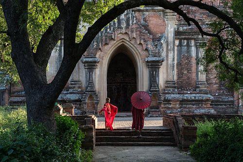 BAGHAN,MYANMAR, DECEMBER 12 2015 - Twee jonge monniken op de trappen voor een klooster in Baghan.