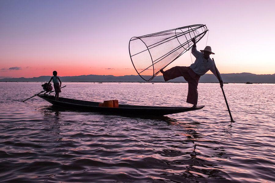 Silhouet van een visser op het Inle Lake in Myanmar