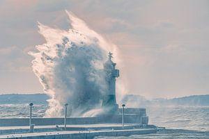 Stormgolf vuurtoren Sassnitz op het eiland Rügen van Mirko Boy