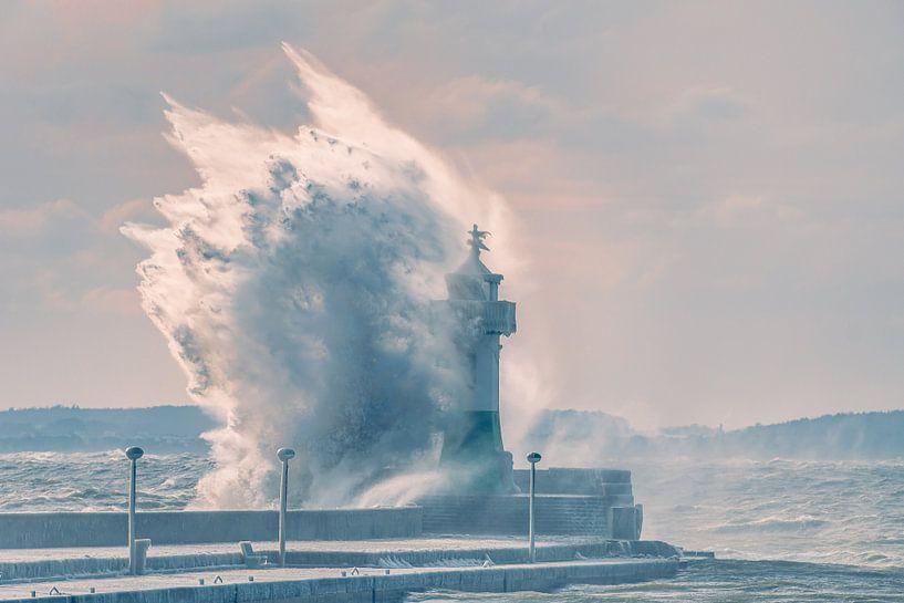 Sturmwelle Leuchtturm Sassnitz auf der Insel Rügen von Mirko Boy