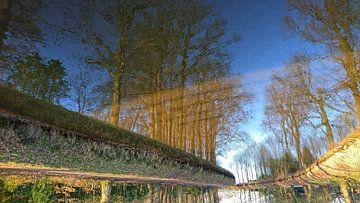 De omgedraaide Blauwe lucht weerspiegeling von Raymond Hofste