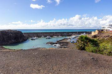 Uitzicht op de jachthaven van El Cotillo in Fuerteventura van Reiner Conrad