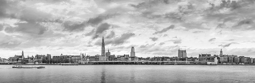Antwerpen  Scheldekaaien Skyline , monochroom panorama. van Maarten Visser
