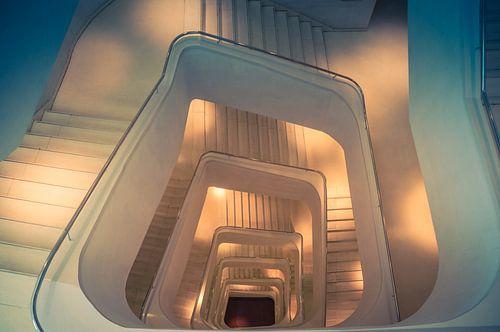 Verlicht trappenhuis van