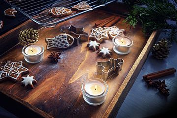 Brandende kaarsen, peperkoek en koekjesknippers op een donker houten dienblad, kerstopstelling, gese van Maren Winter