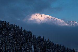 Rosa Morgenlicht scheint auf Berggipfel in der Zillertalarena in Österreich von Hidde Hageman