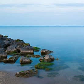 Rust - Strand en een prachtige blauwe gloed von Steven Dijkshoorn
