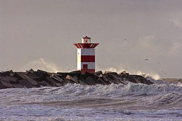 Leuchtturm bei Scheveningen bei stürmischem Wetter in den Niederlanden von Nisangha Masselink